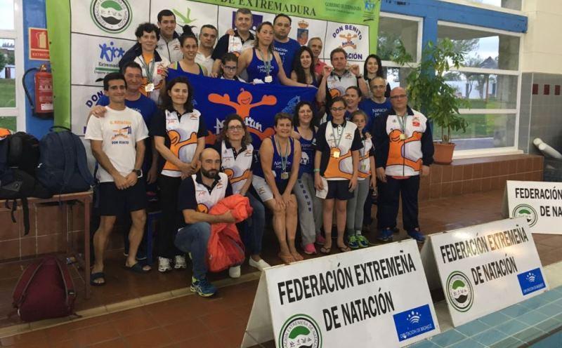 Xito del campeonato de nataci n m ster en don benito for Piscina don benito
