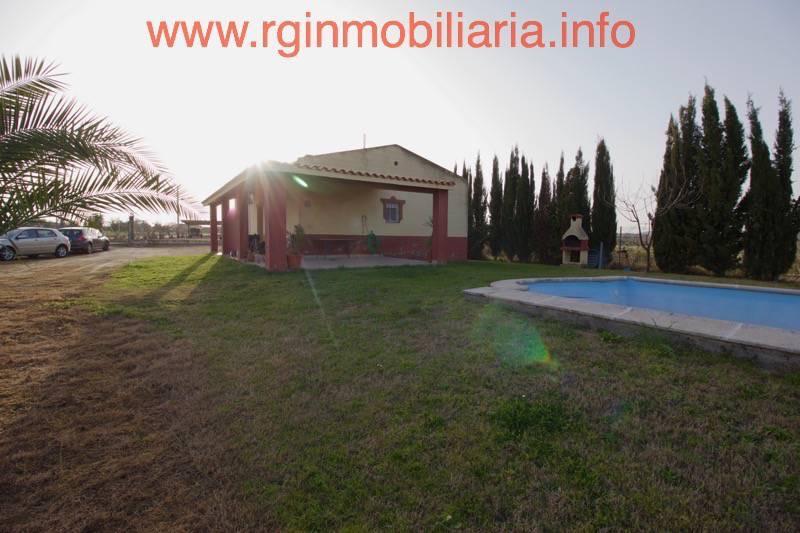 Venta de un chalet con piscina en la zona de medell n for Piscina don benito